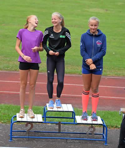 Chanelle Lindvall, MAI, vann F13 och trots nära fall i häckloppet samlade hon in dagens högsta poäng av samtliga tävlande, totalt 4283. Tvåa kom Moa Feldt, Åhus FIK, 4054 och på tredje plats hittar vi Thea Löfman, IFK Lund 3624. Foto: Roger Kellerman